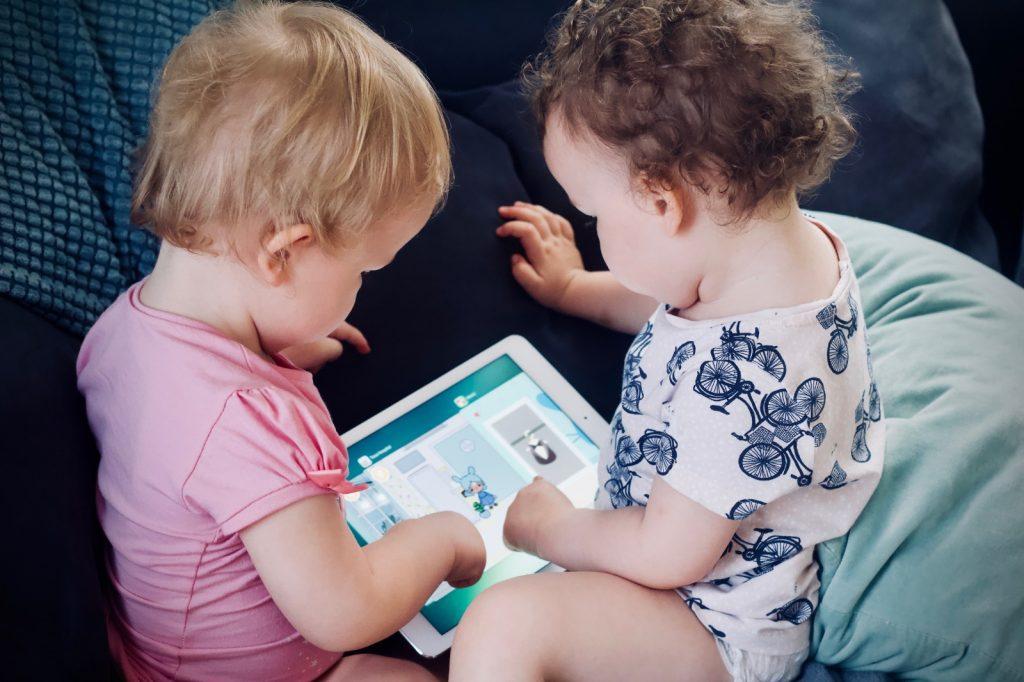 tablette oynayan çocuklar